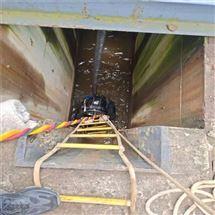 潜水员水下探摸管道封堵气囊施工